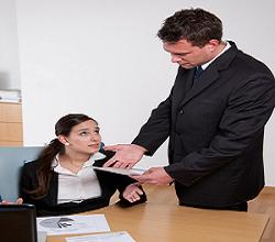 Frau sitzt im Büro und hat ihren job verloren