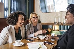 glückliche Frauen im Cafe